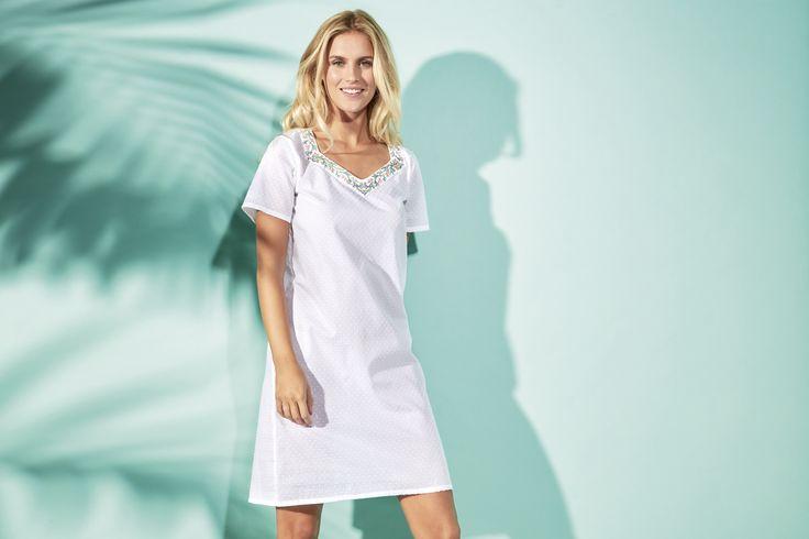 Une chemise de nuit aux jolies détails pour des nuits pleine de douceur. Modèle Paradiso, chemise de nuit courte manches courtes en voile de coton plumetis avec détail de broderie au décolleté. Composition : voile 100% coton #lingerie #nuit #blanc #mannequin #andreanilsson