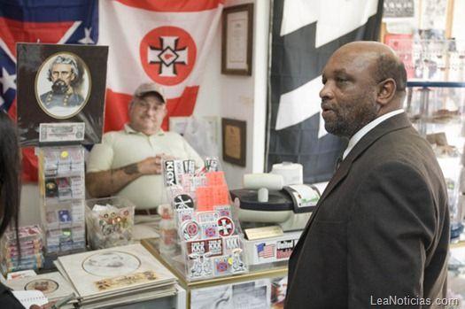 Un juez concede la propiedad de la tienda del Ku Klux Klan a una iglesia negra - http://www.leanoticias.com/2012/01/06/un-juez-concede-la-propiedad-de-la-tienda-del-ku-klux-klan-a-una-iglesia-negra/