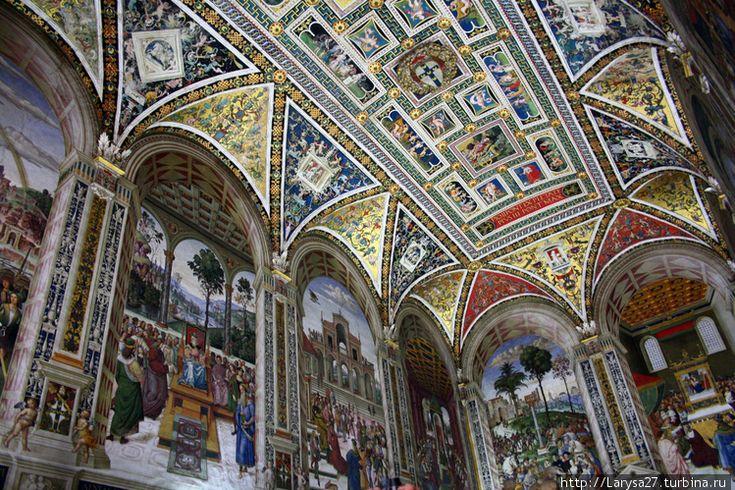 Библиотека Пикколомини. Сиена. Италия. Общий вид библиотеки.