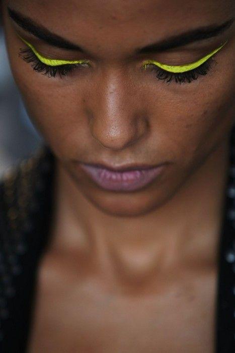 Yellow eyeliner: Beautiful Makeup, Eye Makeup, Eyeliner, Cat Eye, Bright Eye, Neon Green, Eye Liner, Dark Skin, Neon Yellow