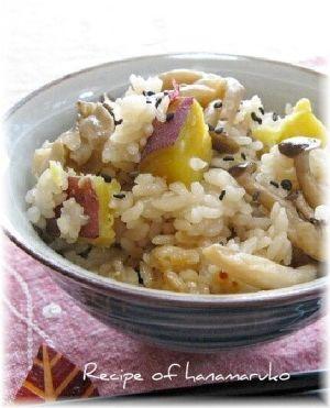 「きのこ(舞茸・しめじ)とサツマイモの炊き込みご飯」炊き上がると少し蒸してから、全体を軽くかき混ぜて、サツマイモを崩さないように器に盛り付けてくださいね♪【楽天レシピ】