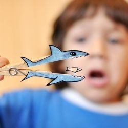 Make funny creatures with paper and clothespins. (in Portuguese)