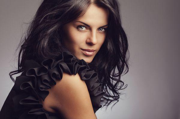 Se inspire nas famosas e use cabelos longos com cortes em camadas frontais e horizontais, cortes com extremidades finas, longo e liso com franjas e mais.