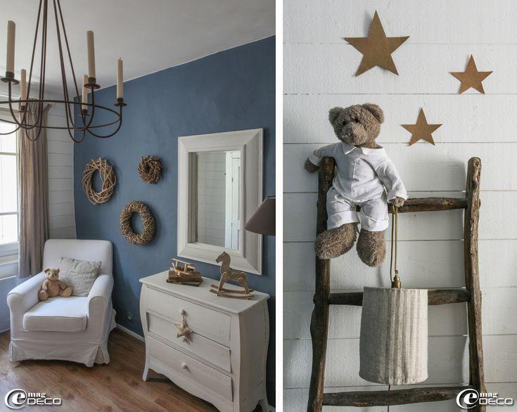 Sur une échelle en bois 'Brocantine' à Uzès, un ours en peluche 'Jardin d'Ulysse' tient un luminaire, étoiles en papier kraft