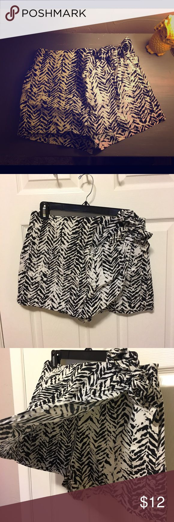 Women's Black & White Skort Women's Black and White Skort in amazing condition! Pattern is black and white and the size is Large! Shorts Skorts