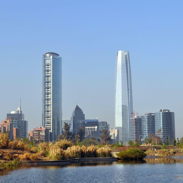 """La torre Titanium y la Gran Torre Santiago son parte del sector conocido como """"Sanhattan"""", que conforma la nueva zona financiera de Santiago."""
