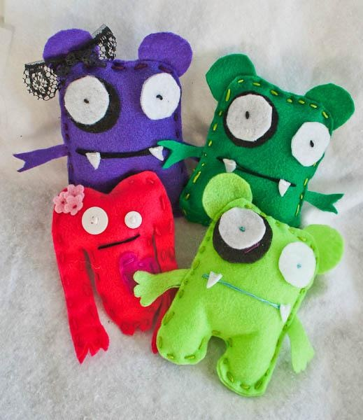 Felt Monster from Deb of justshortofcrazy.com (this might be a fun project for Robby and Lexi while they are staying with me!)