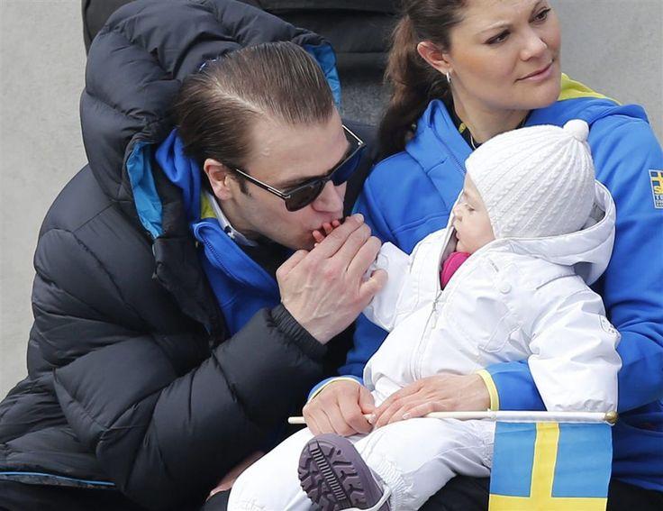 STOCKHOLM - Prinses Estelle, de oudste dochter van kroonprinses Victoria en prins Daniel van Zweden, is dinsdag jarig. Ze mag op Slot Haga vier kaarsjes uitblazen. Het Zweedse hof heeft dinsdag nieuwe foto's van het meisje met haar ouders vrijgegeven. (Lees verder…)