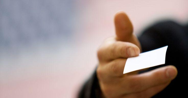 Ideas para tarjetas de negocio de limpieza. Una tarjeta de negocio a menudo sirve como tu primer contacto con un cliente potencial, por lo que la tarjeta debería reflejarte a ti y a tu negocio de una manera amistosa, profesional y atractiva. Debe reflejar un diseño limpio y sin mucho alboroto. Siempre incluye información de contacto para que los clientes puedan seguirte en su tiempo libre.