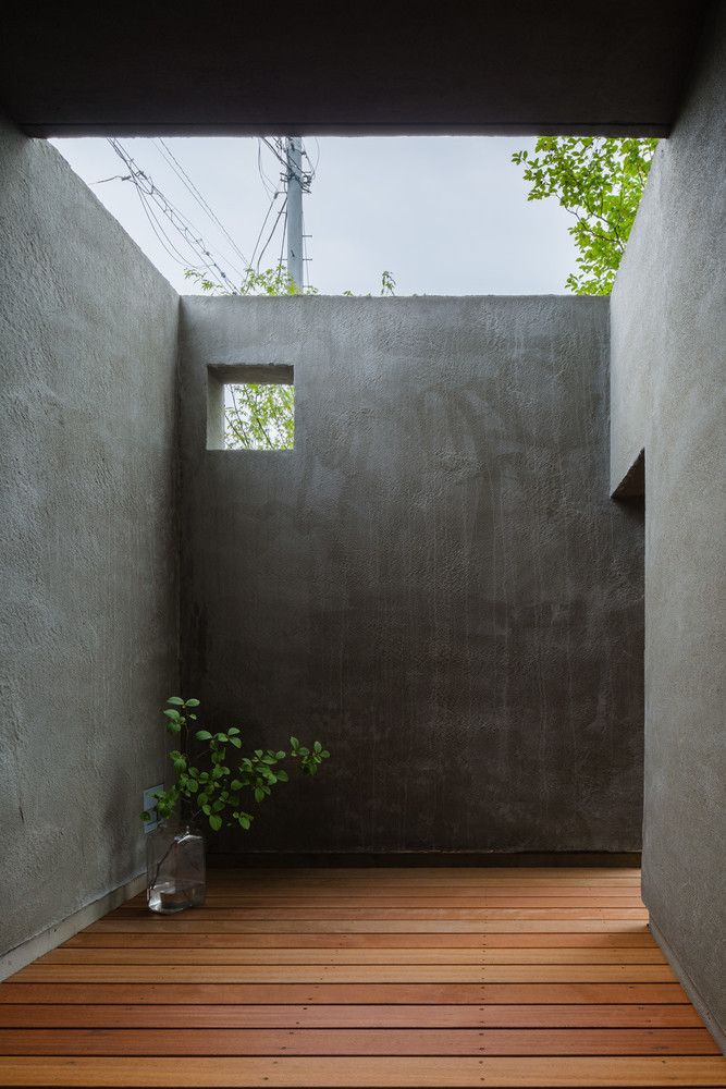 若いご家族のお家です。 風の通り道のような抜けた場所。 そこでの生活のイメージを重ね、それらを繋げるように設計を行いました。 これから時を経るごとに、緑に囲まれ、風景の一部のようになればと思います。 Photo by Ippei Shinzawa
