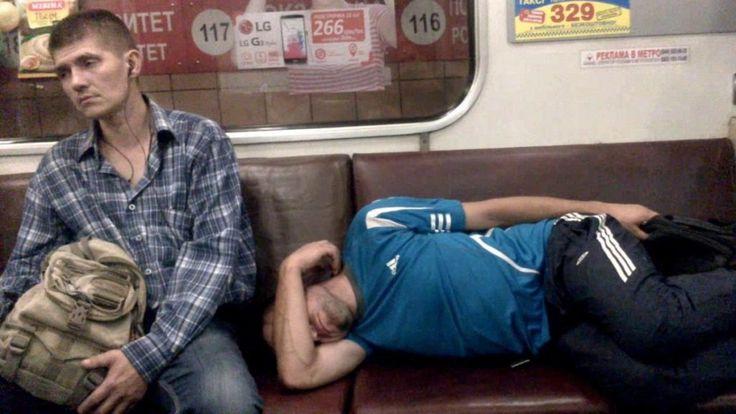 Парень хотел вздремнуть в метро но ему помешали, ещи в морду получил.