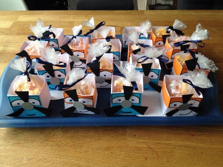 Traktatie jongen. Doosje van wit papier gevouwen en met gekleurd papier Dusty en Skipper van Planes ervan gemaakt. Zakje met chips erin en klaar!