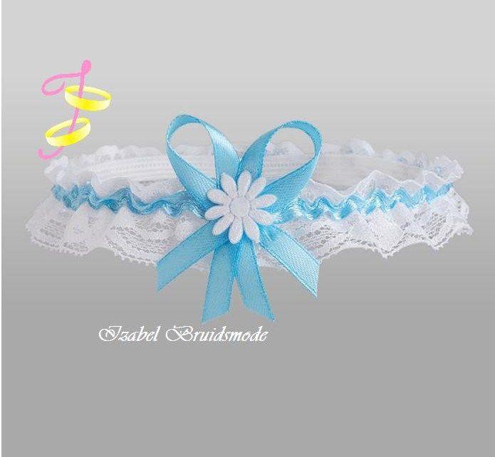 Bruids kousenbandje met licht blauwe accenten. Gemaakt van kant. Verkrijgbaar in de kleur: wit/blauw.Elastisch en comfortabel.Met satijnen strikje en bl  - € 12,00