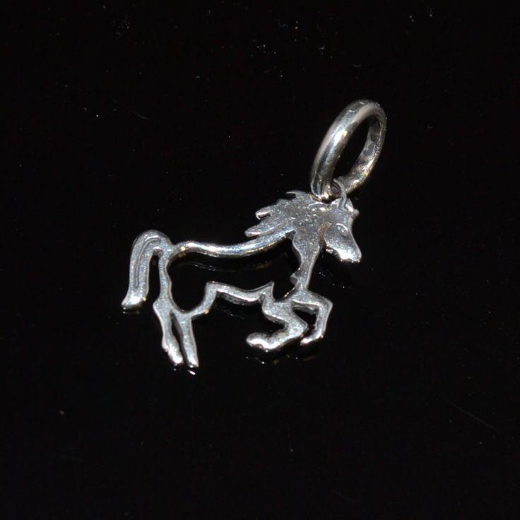 Zilveren hanger van een paard. Kan ook als bedel gebruikt worden. Gratis verzending in Nederland www.dczilverjuwelier.nl