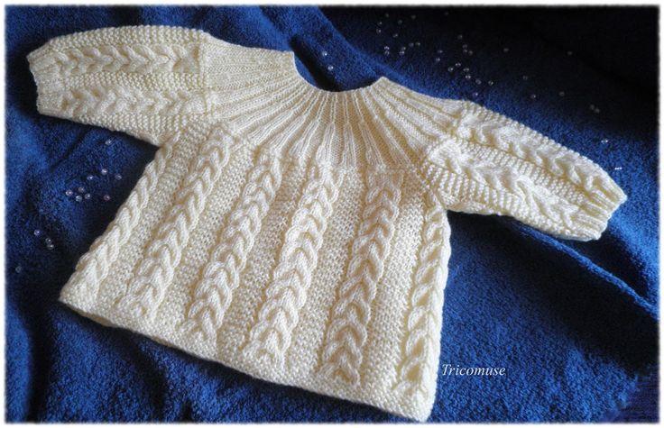 Voici une brassière que j'ai tricoté il y a quelques moi s . J'ai trouv é ce tte brassière parmi les nombreux modèles de layette...