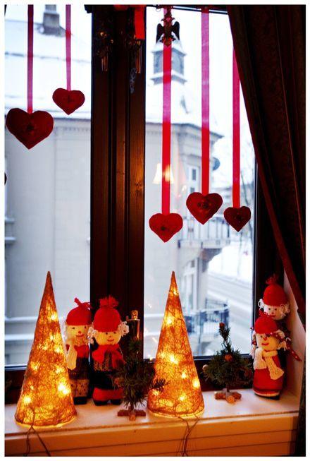 Røde sløyfer: I alle vinduer henger julepynt i røde bånd, og i alle vinduskarmer er det nisser.
