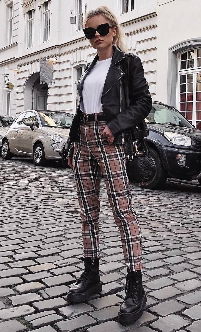 süsses Outfit / karierte Hose + Stiefel + schwarze Tasche + Bikerjacke + T-Shirt – kostenlose stock