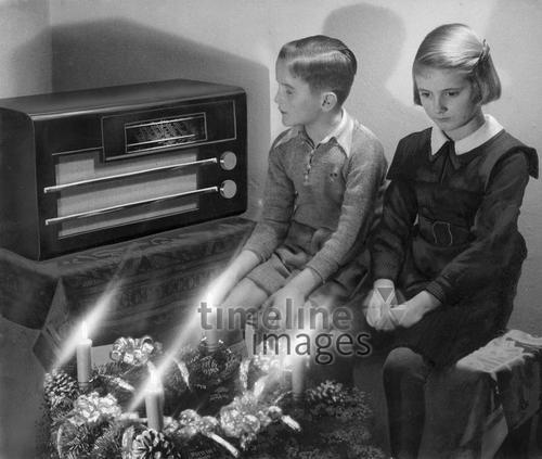 Zwei Kinder hören Radio ullstein bild - ullstein bild/Timeline Images #1930er #20er #30er  #Adventskranz #Tradition #Vorfreude #historical #historisch #Kinder #Kindheit #christmas #thirties #Vorweihnachtszeit #Radio