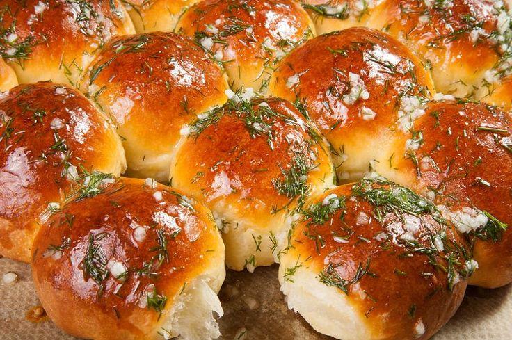 Sıcacık mayalı poğaça puf puf kabardıysa eğer insan önemsemez ki neli olduğunu... Mis gibi bir kahvaltılık olur, peynir yanına sonradan eklense de olur.