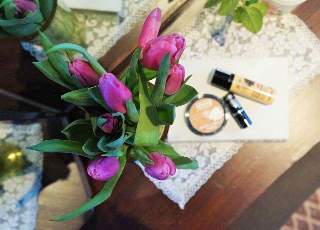 Keväisiä sävyjä niin sisustuksessa kuin kosmetiikassakin.