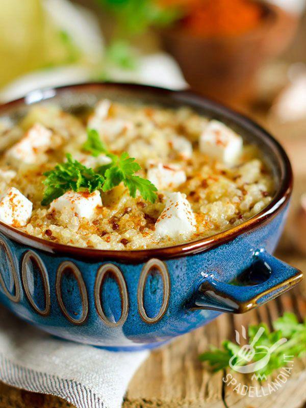 La Zuppa di quinoa e feta è ricca di sostanze nutritive. La quinoa è una pianta erbacea priva di glutine ma ricca di proteine. Un concentrato di salute!
