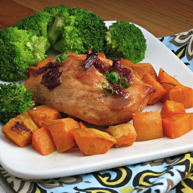 Курица в острой глазури со сладким картофелем Если курица, запечённая с картофелем, для вас — скучная классика, приготовьте менее банальный вариант этого блюда, в котором сочетается мягкий вкус батата — сладкого картофеля — и острота курицы в соусе с перцем чипотле.