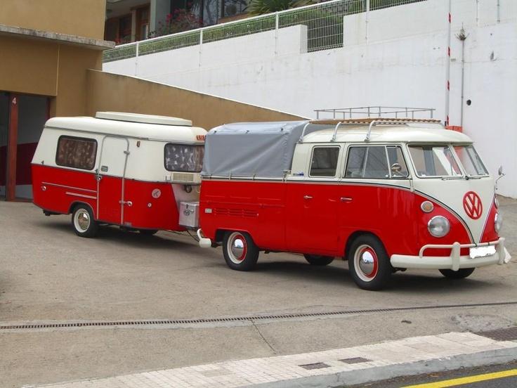 A kombinação perfeita - Uma VW Kombi cabine dupla com caçamba fechada e um trailer combinando em tudo, cor, tamanho, peso e conforto.