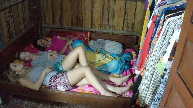 Två kända svenska modebloggare möter en smutsig textilbransch. Nu visas verkligheten bakom vår tids modeindustri. Bloggarna Sarah Tjulander och Lisa Tellbe får testa på hur det är att jobba som textilarbetare i Phnom Penh, Kambodja.