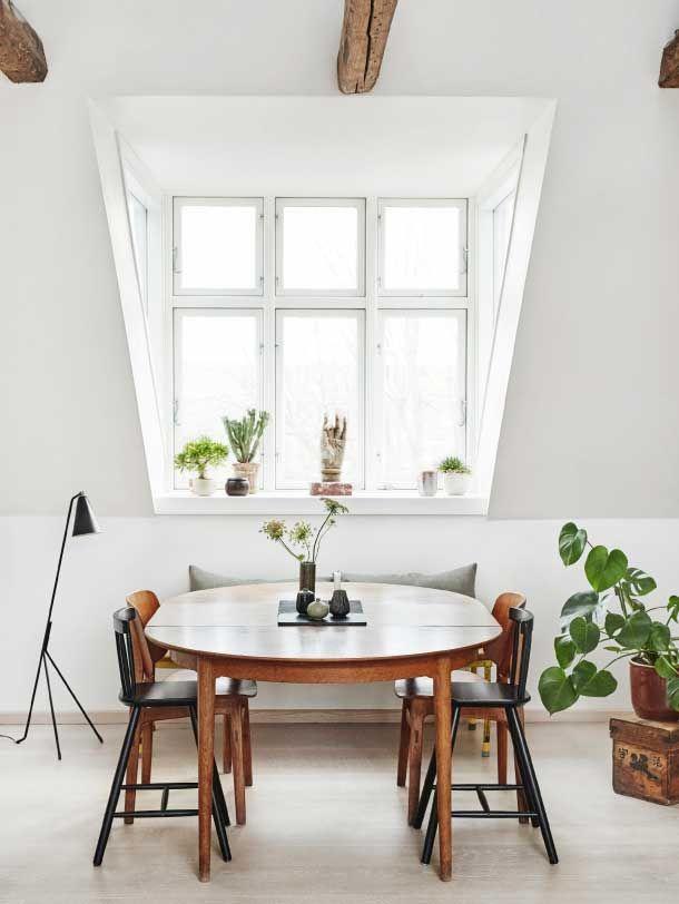 Lys og nordisk spisekrog under de fritlagte spær // Bright Scandinavian home with lots of green plants, open ceiling and patinated wood
