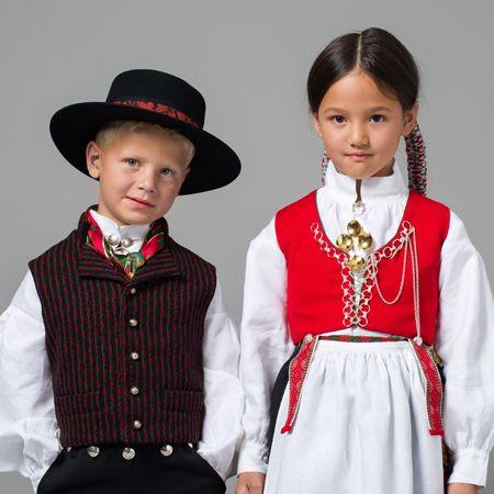 Vest-Agderbunad jente og gutt uten sjal og jakke