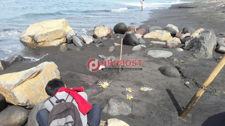 Dua Bulan Dikubur, Bangkai Ikan Paus Keluarkan Darah - http://denpostnews.com/2016/05/13/dua-bulan-dikubur-bangkai-ikan-paus-keluarkan-darah/