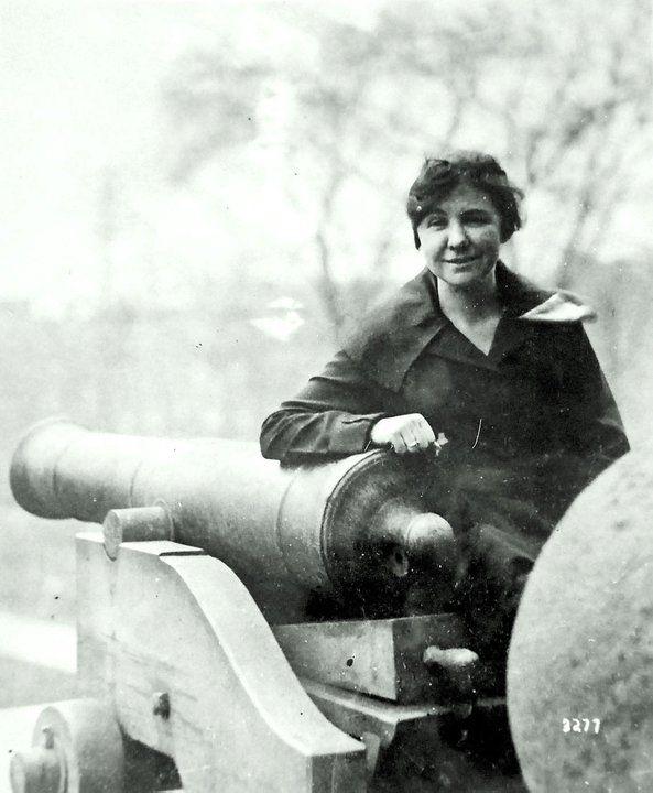 LORETTA WALSH - La prima donna ad essere ammessa nella Marina Americana. E non nelle vesti di infermiera, ma come sottoufficiale.