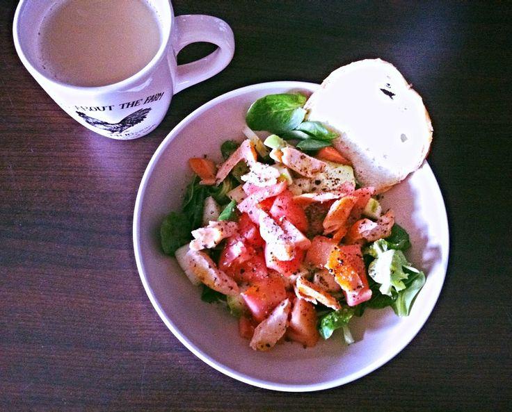 Czas na drugie śniadanie albo przekąskę? Zdrowe jedzenie wcale nie musi być nudne, a nawet czasochłonne! Dla tych, którzy szukają inspiracji lub dla tych, którzy zawsze wymigują się brakiem czasu  5-minutowa sałatka:  roszponka ogórek pomidor avocado łosoś wędzony na ciepło oliwa z chilli i czosnkiem sól i pieprz  Smacznego ! :)