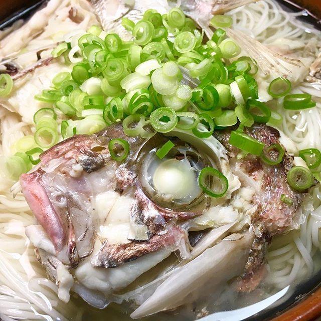 鯛アラで出汁をとって、煮麺!!スーパーで一匹700円!三枚下ろしで身は鯛しゃぶで頂きました!  #スタジオ昼ご飯   #アミューズ写真広島  #アミューズ写真広島昼ごはん  #ランチ  #LUNCH  #アミューズ #広島 #hiroshima   #麺活