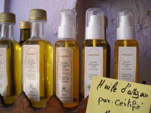 Aceite de argan en preparaciones para uso cosmético, sólo o combinado con aceites esenciales o aromas para cuidar la piel,