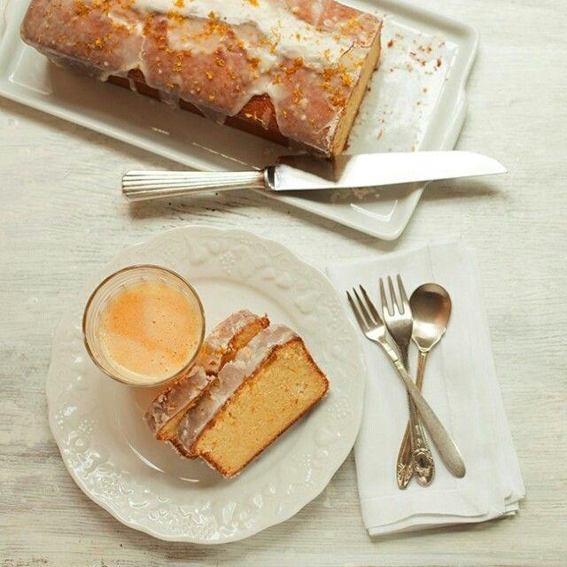 Bolo de laranja com glacê de água de flor de laranjeira | Receita Panelinha:  Com uma colher de licor na massa e outra de água de flor de laranjeira no glacê, esse bolo de laranja é especial por ser ultra perfumado, daqueles que se sente o cheiro ainda no forno... Irresistível!