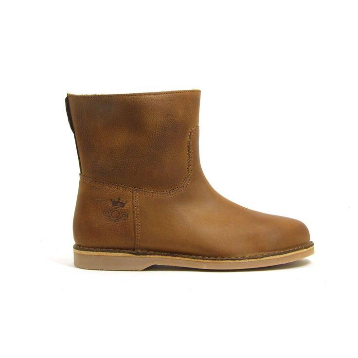 Heerlijk warme bont gevoerde enkellaarzen van aQa, model A2600! Deze platte laarzen zijn uitgevoerd in bruin leer en hebben aan de zijkant de merknaam aQa. De loopzool is van rubber. De laarzen zijn met uitzondering van de zool helemaal nep bont gevoerd.