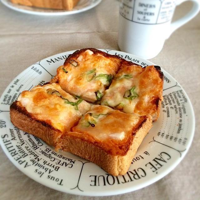 sakurakoさんの明太餅ピザ♪ もう何回もリピしてます〜(๑´ڡ`๑) クリスピー生地で作ると、もちもち感が増して美味しかったです♡ 今回は食パンにトッピング sakurakoさん、美味しいレシピありがとうございます - 119件のもぐもぐ - sakurakoさんの料理 モーニングは明太餅ピザ♡ by satohayaami