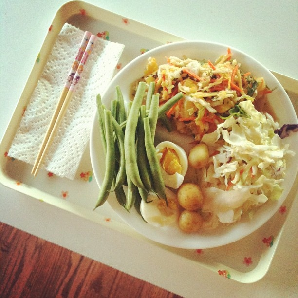 dinner plate to be served with hummus ~~ mix of #raw, #vegetarian, and #leftovers ~~ #夕ご飯 #やさい #キャベツ #ビーンズ #卵 - @13_ng- #webstagram