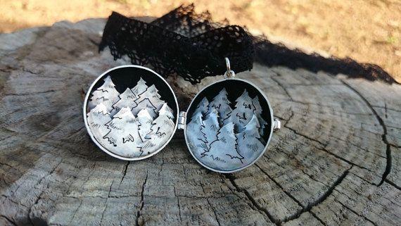 El bosque. Guardapelo de plata de 1ºley que recrea en por horivert