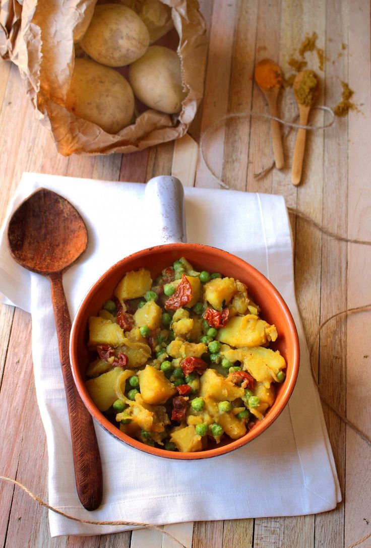 curry di patate piselli e pomodori secchi evidenza verticale
