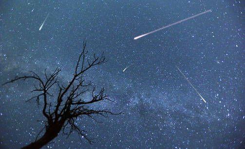 Tokion taivaalla nähtävät tähdenlennot olisivat olympialaisten avajaisten huipennus ja noin 30 miljoonan ihmisen nähtävissä. Kuvituskuva.