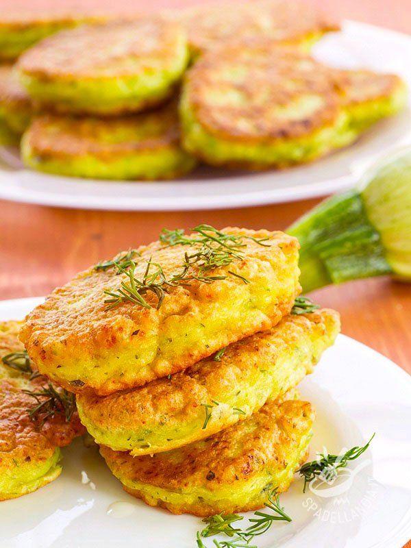 I Pancakes di prosciutto affumicato e zucchine è una vera delizia, gustoso ma salutare allo stesso tempo. Con fresche zucchine di stagione!