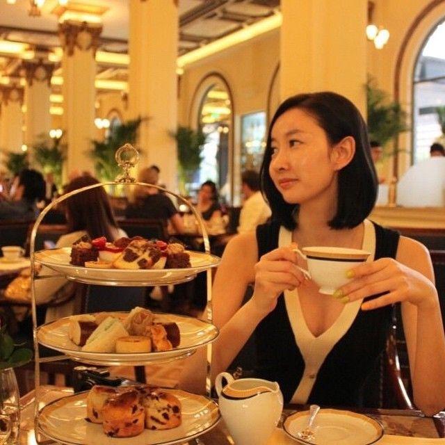 #홍콩 #페닌슐라호텔 #hongkong #peninsula #peninsulaHotel  #AfternoonTea #애프터눈티 #tea #florist #플로리스트  난 커피보다 티가 좋다!!  13년 전에 #홍콩 #침사추이 에  내 사진이 대문짝만하게 ^^ 광고 촬영한 사진이 걸려있었당!  그 사진도 찾아봐야겠당 ㅎ