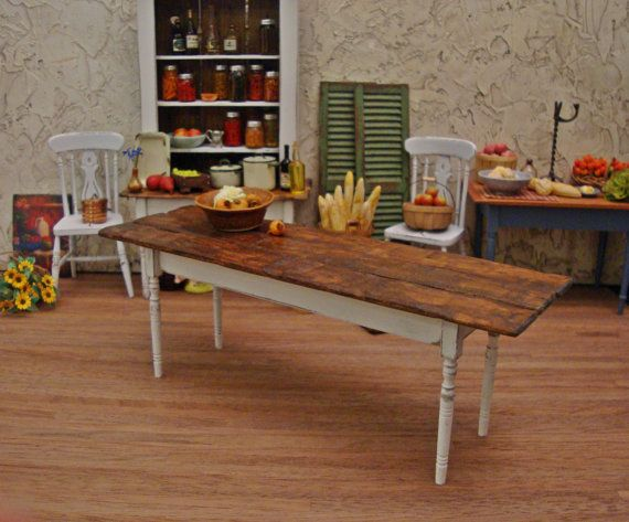 ¡ Qué tabla! Ver todo el encanto rústico, que esta tabla tiene para ofrecer. Parece una reliquia robusta desde hace mucho tiempo y tiene todo el encanto que podría tener sólo una vieja mesa de la granja. La parte superior madera labrada áspera reciclada parece casi utilitaria y primitivo con estrías, ondas y agujeros de gusano, pero cuenta con una superficie suave, delgado, trabajado. Así que si una mesa de casa vieja es lo que buscas, no busques más. Está listo para su ollas y sartenes…