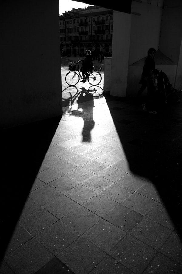 #Ombres et lumières fortes pour cette #photographie en noir et blanc réalisée place Garibaldi à #Nice. Photo d'art.