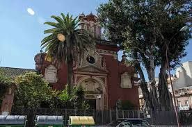 Esta iglesia se construyó en el solar donde anteriormente se levantaba la ermita de la Candelaria, perteneciente a un antiguo hospital, como consecuencia del traslado hasta aquí en el año 1679 del convento de la Orden de Predicadores que, bajo la advocación de San Jacinto, se levantó en el sitio de Cantalobos, cerca del hospital de San Lázaro.