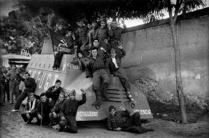 Milicia comunista, descansando con su auto blindado, Olías del Rey, Toledo, 12.10.1936. (Vehiculo blindado Union Naval de Levante 2, Olias del Rey)