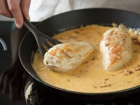 Ob mit Pasta, Couscous oder Kartoffeln - Hühnerbrustfilets in Tomaten-Parmesan-Sauce schmecken immer. Und das Beste - sie sind schon in 30 Minuten fertig.