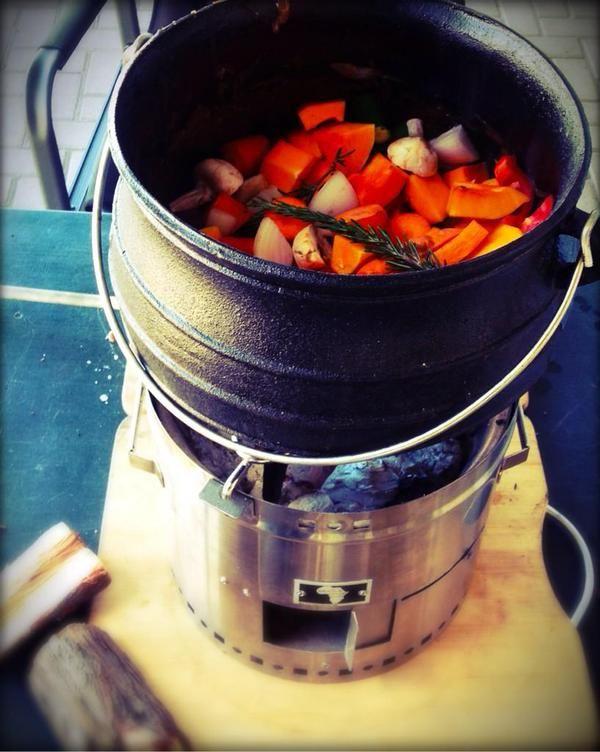 De Mbaula Green is een handzaam kooktoestel annex braai, geschikt voor (jawel...) een braai, het maken van potjiekos of bijv. het koken van een maaltijd. Superhandig voor in het park, op camping of strand, bij de recreatieplas, maar ook balkon en dakterras. Dit Zuid-Afrikaanse product is over 3-4 week te koop via: http://www.onsgaanbraai.nl/braais/mbaula-green/